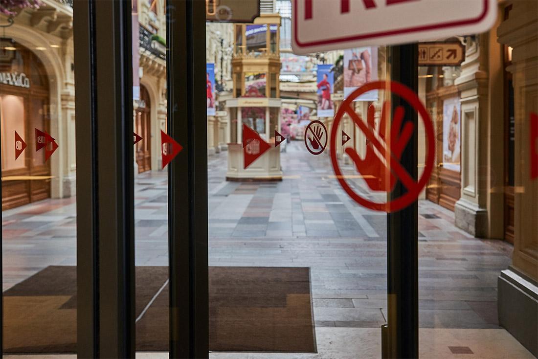 """Большинство москвичей решили остаться дома в первый день объявленной властями """"всеобщей самоизоляции"""": опустели не только улицы, но и магазины"""