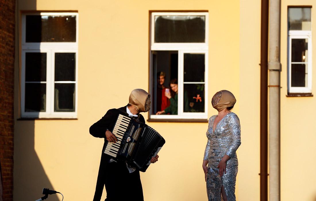 8 апреля. Уличные музыканты выступают для жителей Праги во время карантина.