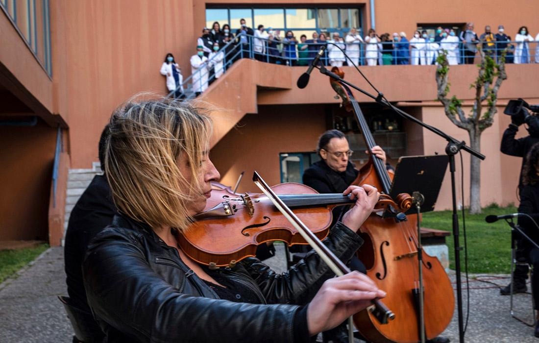 Во дворе больницы Аттикон в Афинах был организован концерт в знак благодарности медицинским работникам за их усилия в борьбе с пандемией. Всего в Греции подтверждены 2408 случаев инфицирования.
