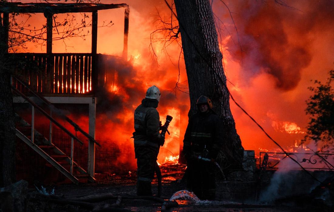 В результате крупного пожара в рыбацком поселке в Воронежской области сгорели более 20 домов