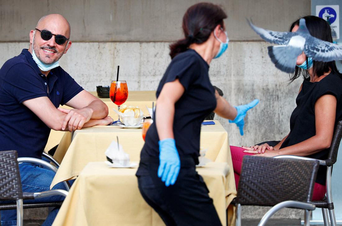 В Италии, где была одна из самых сильных вспышек заболевания, открылись бары и рестораны. Заведениям нужно обеспечивать соблюдение норм социального дистанцирования. Продавцы и официанты должны быть в масках и перчатках.