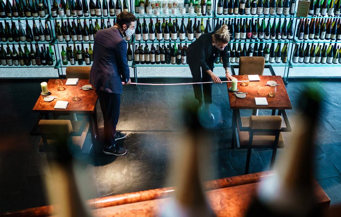 Винный бар Rutz в Берлине обеспечивает дистанцию между столиками