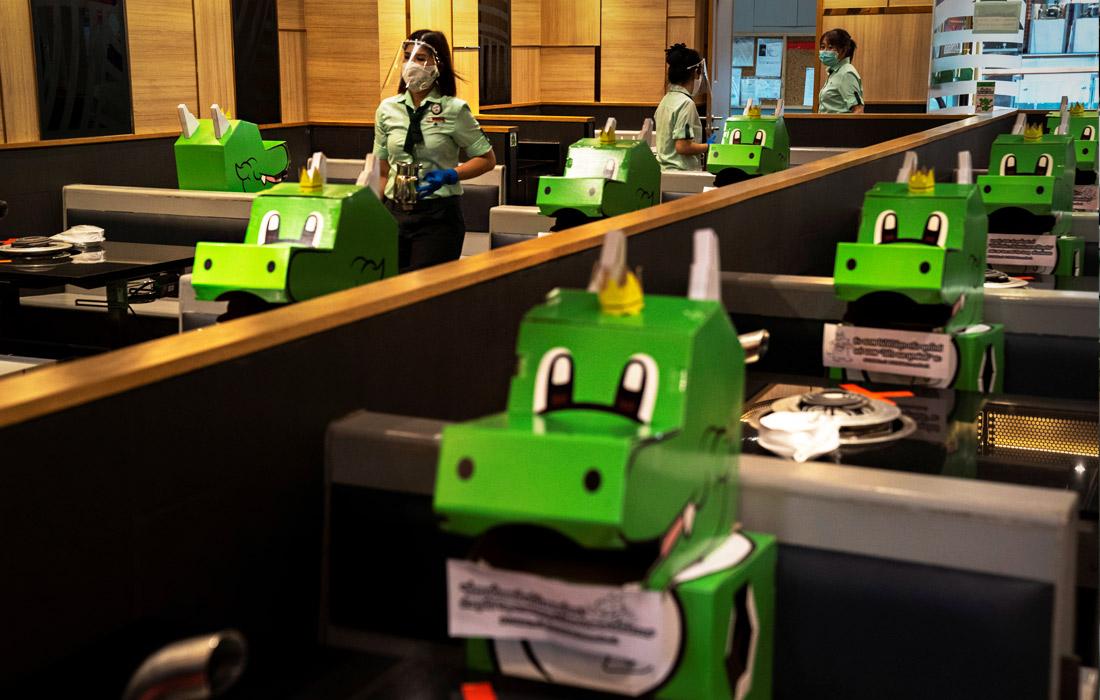Владельцы ресторана Bar.B.Q Plaza в Бангкоке разметили социальную дистанцию с помощью картонных динозавров