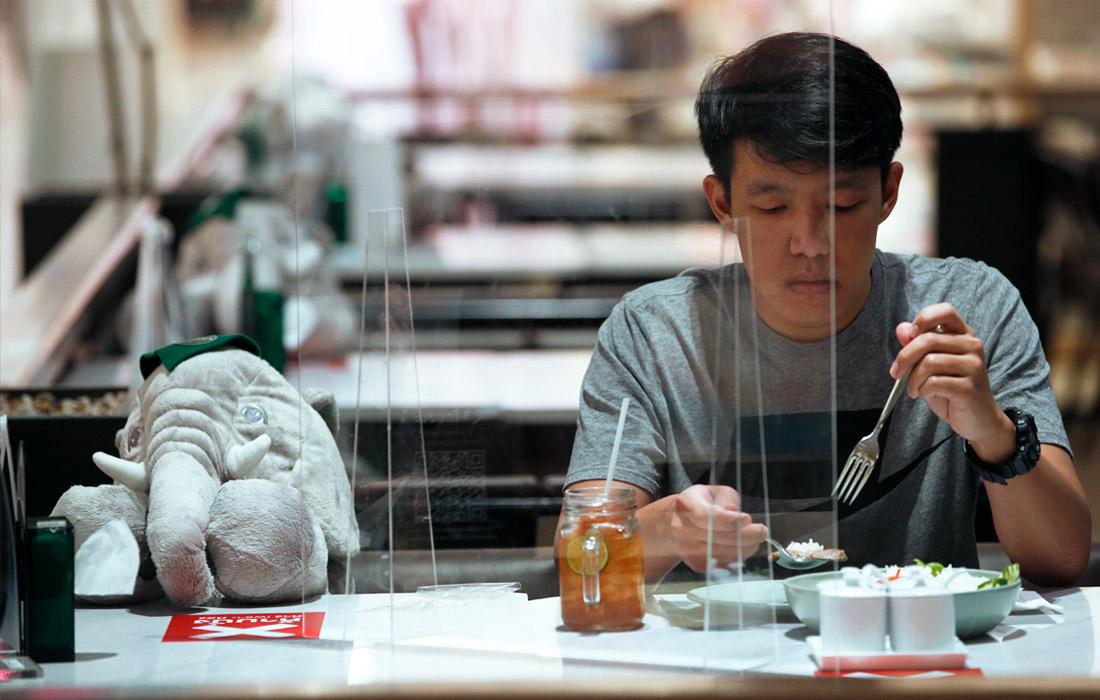 В ресторане Thai Terrace в Бангкоке используют игрушечных слонов для сохранения социальной дистанции между посетителями