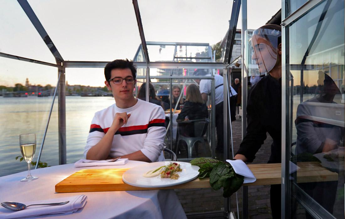 """В Амстердаме можно пообедать в """"карантинных теплицах"""""""