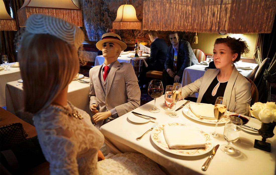Мишленовский ресторан The Inn at Little Washington в США рассадил за столики манекены, чтобы посетители, соблюдающие социальную дистанцию, не чувствовали себя одиноко