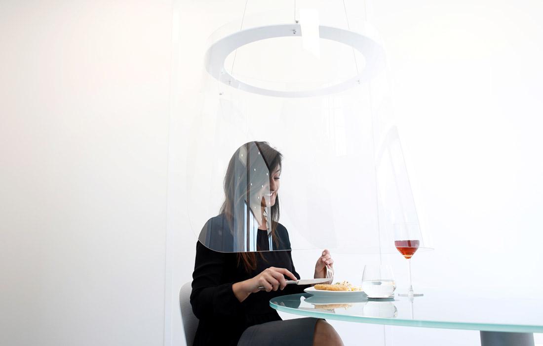 Французский дизайнер Кристоф Гернигон создал защитный экран из оргстекла, который обезопасит посетителей ресторанов от коронавируса