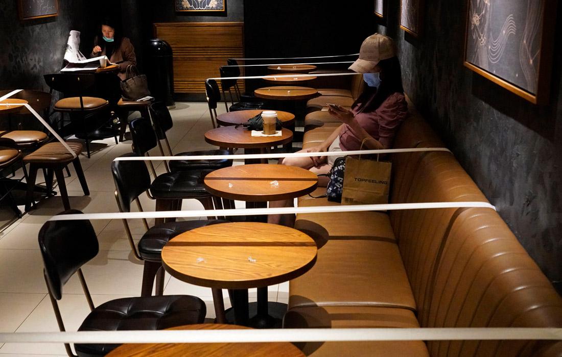 В кофейне Starbucks в Гонконге ограничили число посадочных мест