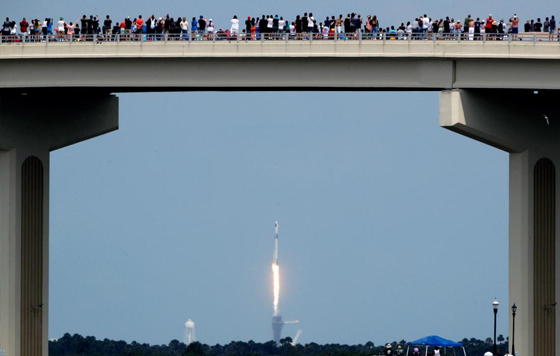 """В случае успеха Crew Dragon получит сертификат НАСА на регулярные коммерческие рейсы к МКС. С 2011 года астронавты НАСА доставляются на МКС российскими кораблями """"Союз"""", за места на котором американское космическое агентство платит России."""
