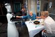 1 июня. В баре испанской Памплоны роботы-официанты доставляют еду и напитки гостям, а также забирают грязную посуду.