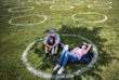 1 июня. В городском парке Стамбула на газонах нарисовали круги, которые показывают безопасное расстояние для социального дистанцирования.