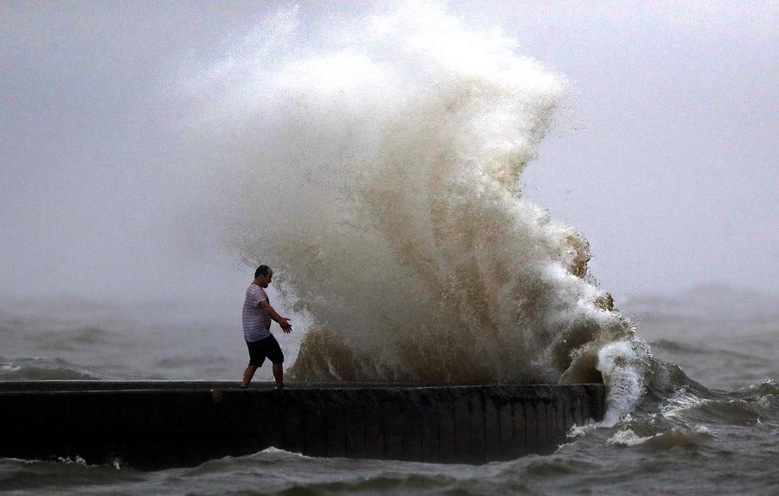 """На побережье Луизианы и Флориды обрушился тропический шторм """"Кристобаль"""""""