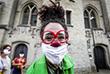 8 июня. В Брюсселе клоуны-волонтеры выступили в поддержку медработников и зараженных у больницы Сен-Пьер.