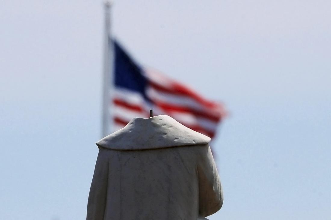 В Бостоне протестующие обезглавили монумент первооткрывателя Америки Христофора Колумба