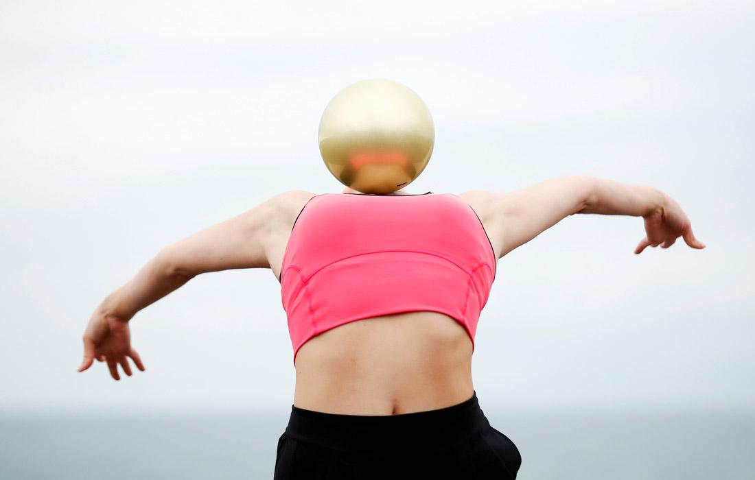 Гимнастка Линн Хатчисон во время тренировки на набережной в Хоуве, Великобритания