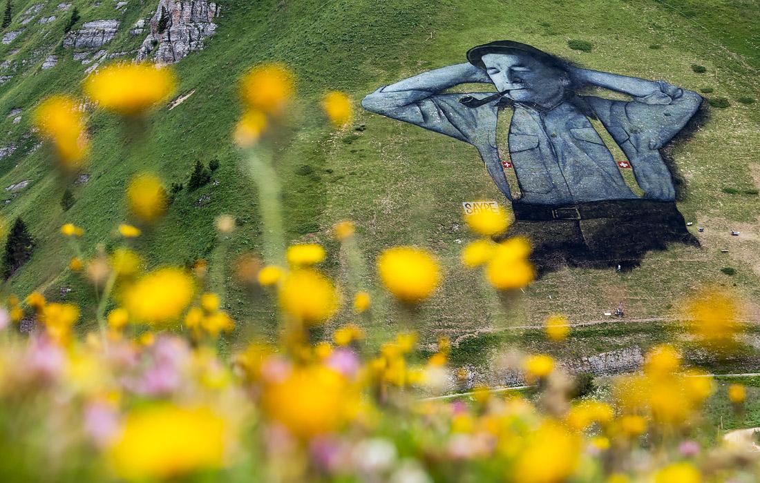 В августе 2016 года в окрестностях швейцарского города Лейзин Гийом Легро нарисовал гигантского человека, лежащего на склоне горы. Площадь картины составила десять тысяч квадратных метров.