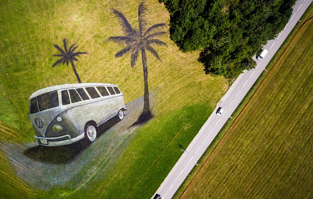 В августе 2017 года на холме в Швейцарии художник изобразил автобус марки Volkswagen. Картина занимала более четырех тысяч квадратных метров. Заказчиком картины стала компания Volkswagen, которая готовилась к проведению ежегодного международного фестиваля.