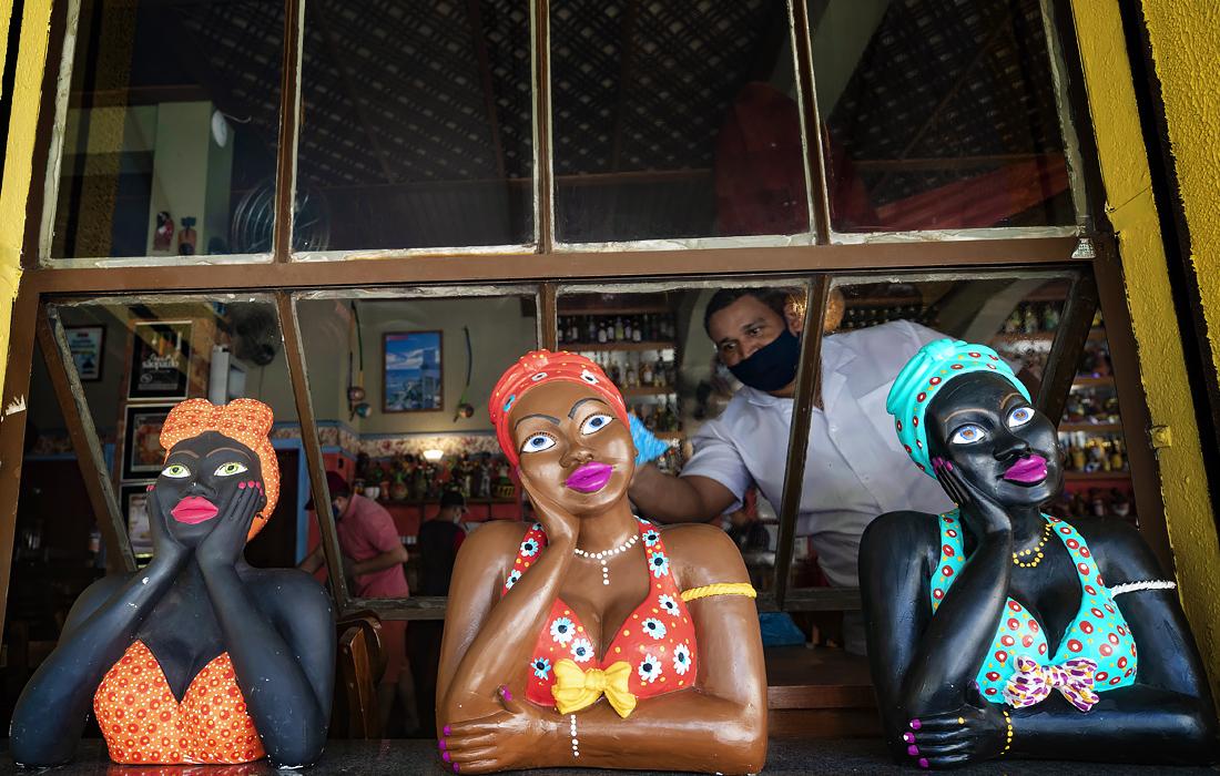 7 июля. В Сан-Паулу бары, рестораны и салоны красоты вновь открылись после трех месяцев карантина. Бразилия находится на втором месте в мире по числу подтвержденных случаев заболевания COVID-19.