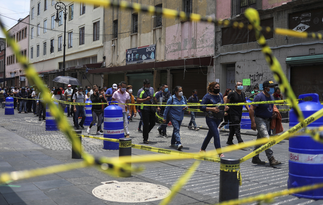 7 июля. Жители Мехико собираются в очередь, прежде чем войти в район, где открылись магазины.