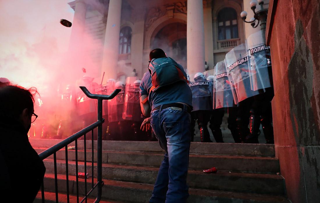 8 июля. В Сербии не утихают протесты, связанные с возвратом ограничений из-за ухудшения эпидемиологической ситуации. Во время беспорядков пострадали 60 человек - 43 полицейских и 17 протестующих.