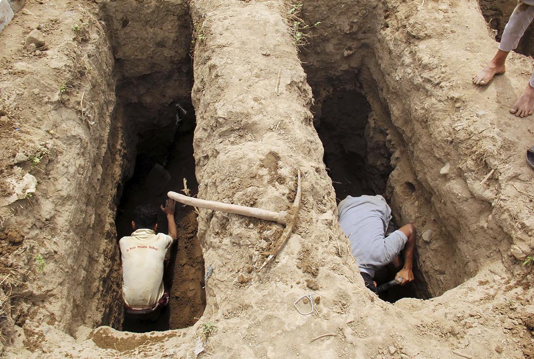 В Йемен прибыла гуманитарная помощь со средства защиты и медикаментами от ЮНИСЕФ, для оказания помощи в борьбе с распространением COVID-19 в разрушенной стране. На фото: кладбище в Таизе, где похоронены жертвы коронавирусной болезни.