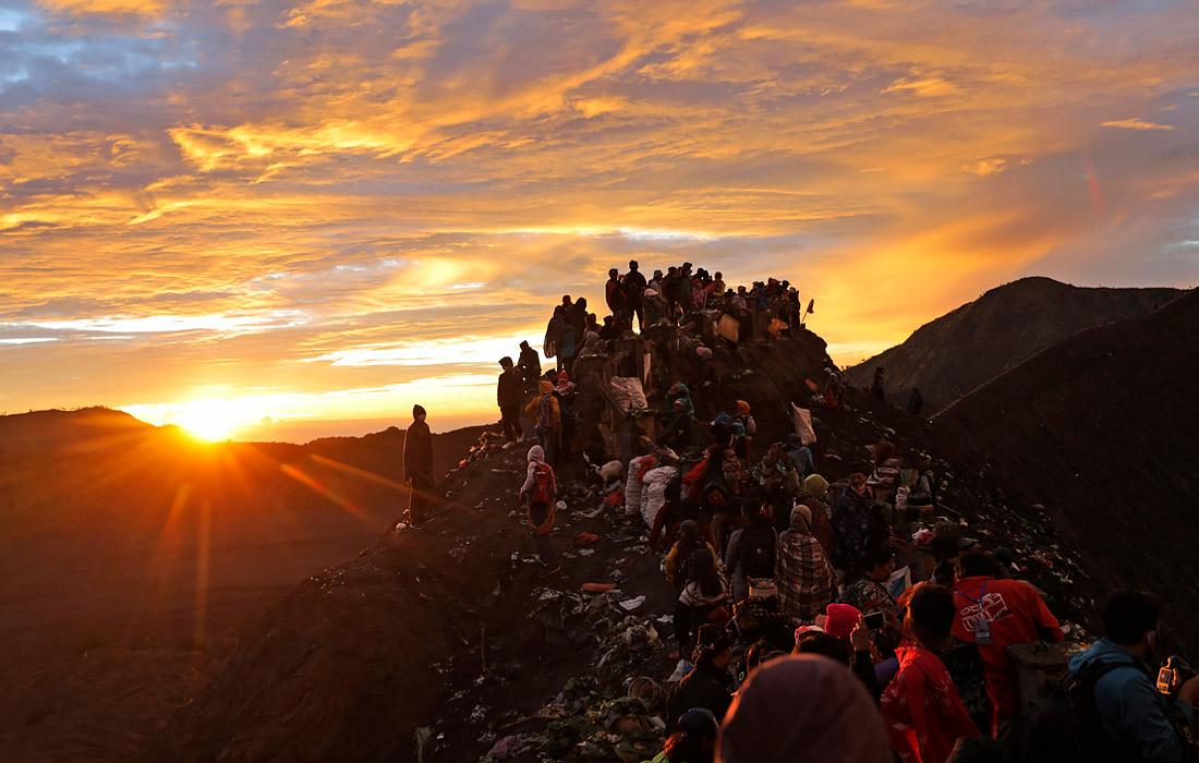 Рассвет на вершине вулкана Бромо во время фестиваля Ядня Касада. Восточная Ява, Индонезия.