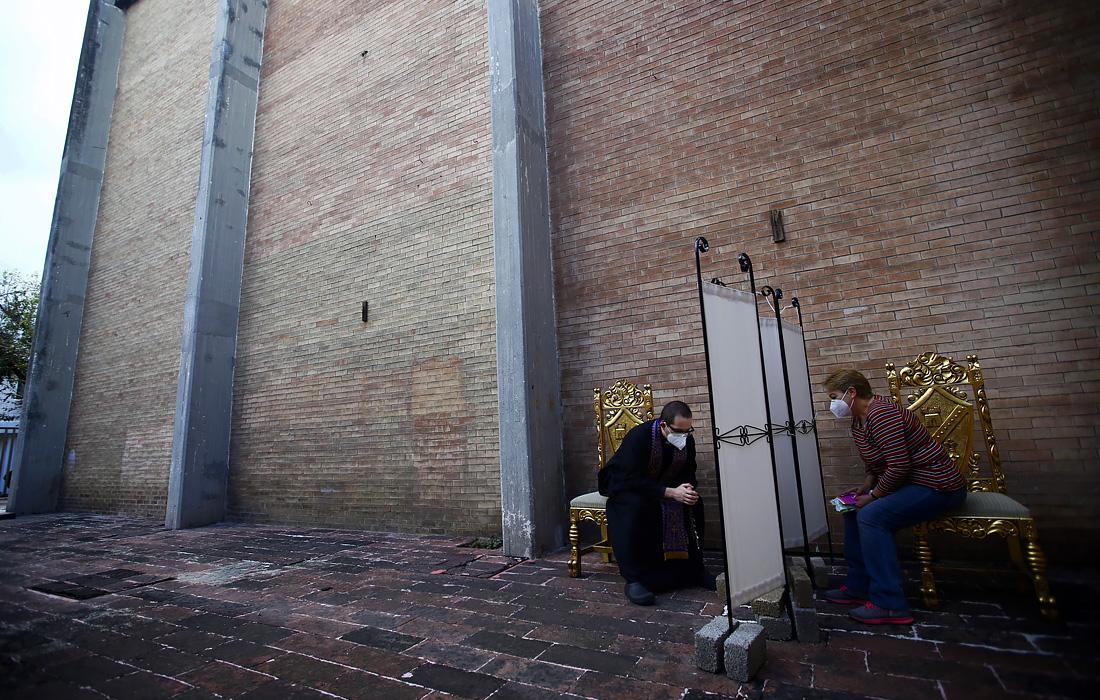 13 июля. В мексиканском Мехико постепенно возобновляется работа религиозных учреждений. Церковь Святого Семейства начала принимать исповеди прихожан на открытом воздухе за специальной ширмой.