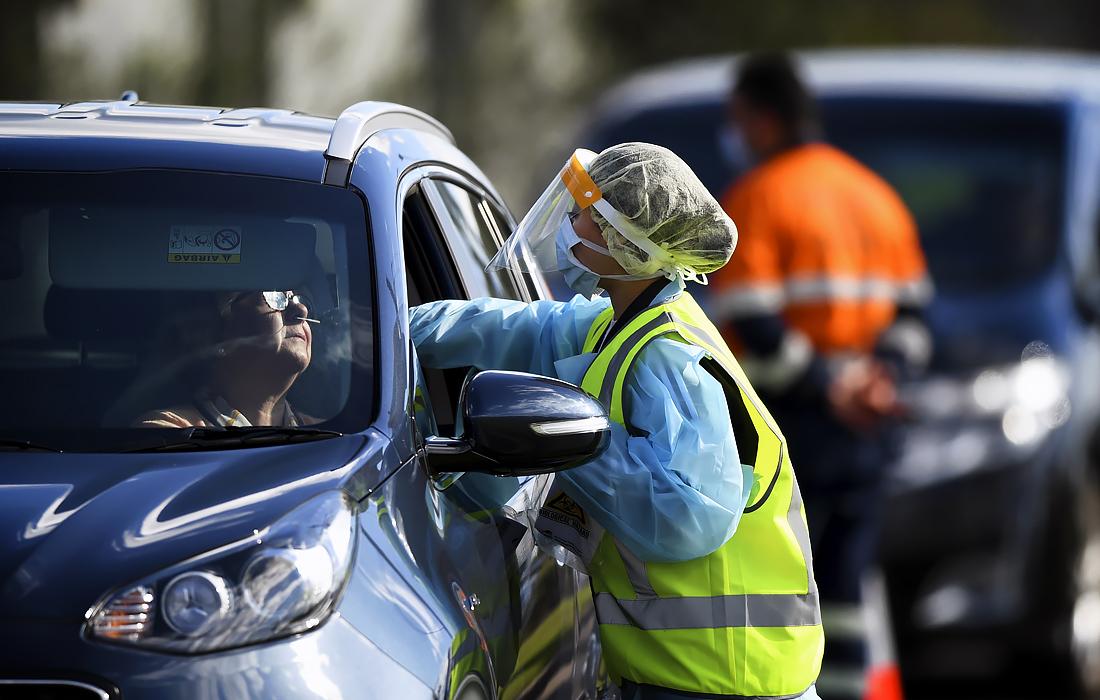 13 июля. В отеле Crossroads в пригороде Сиднея было обнаружено более 20 случаев заражения коронавирусом. В связи со вспышкой заболевания работники здравоохранения Нового Южного Уэльса организовали мобильный центр для тестирования на COVID-19.