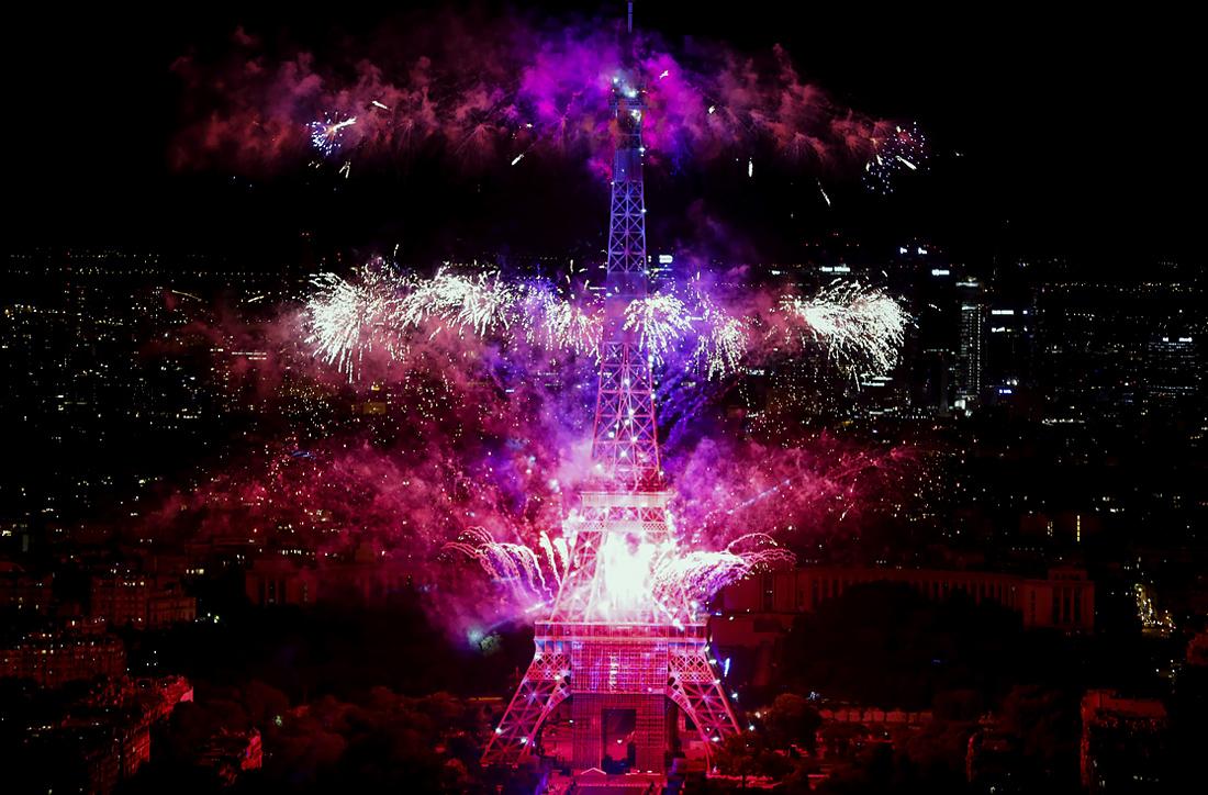 Фейерверк над Эйфелевой башней в Париже