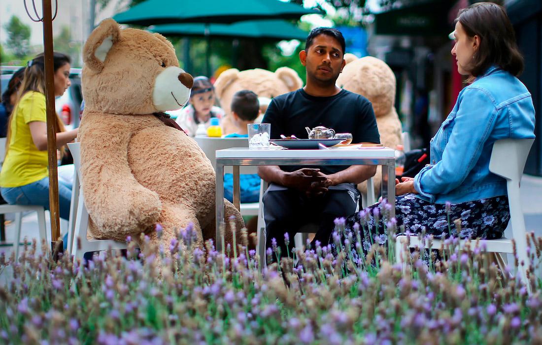 25 июля. В ресторане Jaso Bakery в Мехико используют игрушечных медведей для сохранения социальной дистанции между посетителями.