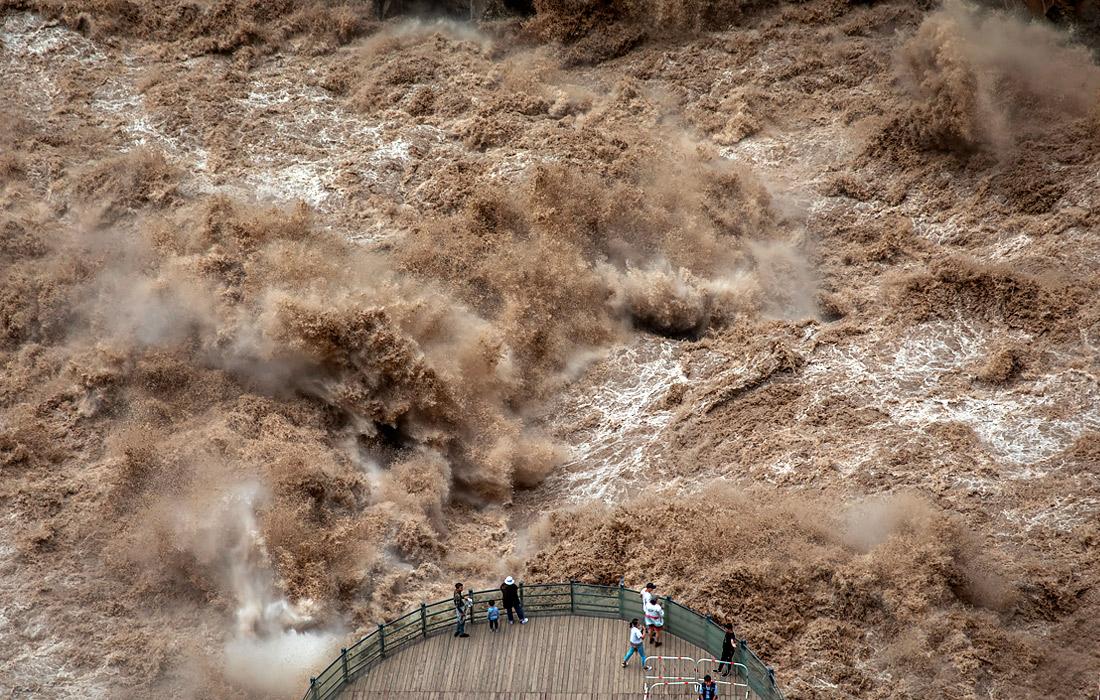 Туристы на смотровой площадке каньона в провинции Юньнань