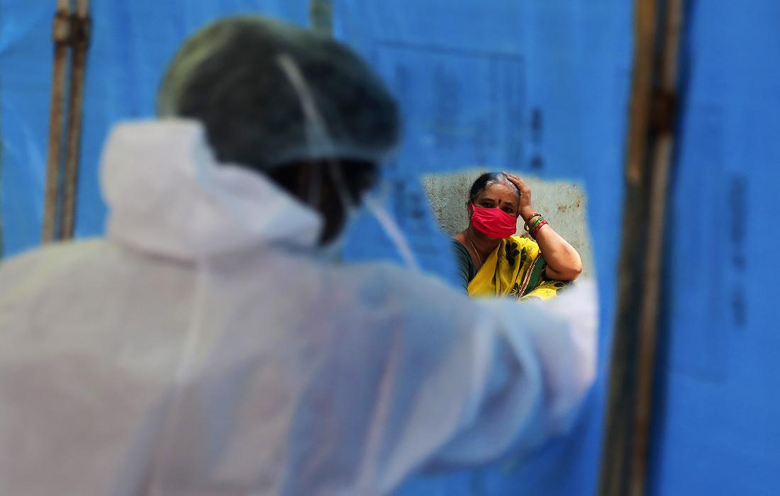 27 июля. В Индии за сутки число выявленных случаев заражения коронавирусом возросло до 50 тысяч.  Страна находится на третьем месте в мире по числу заболевших.