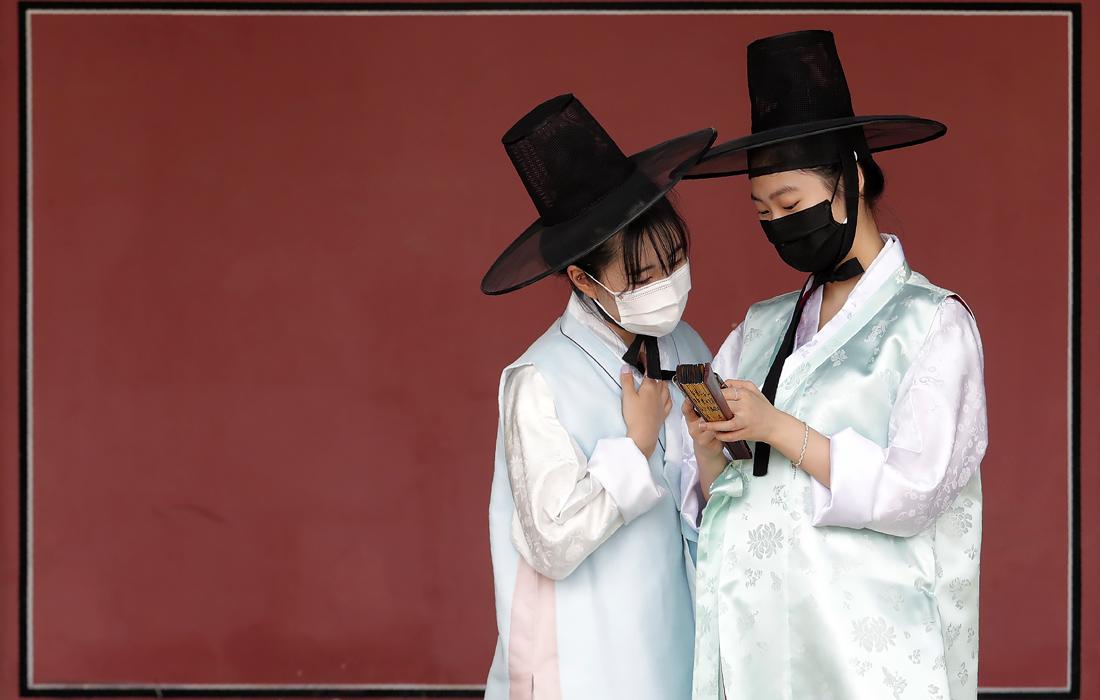 """27 июля. В Южной Корее было зарегистрировано более 100 новых случаев заражения коронавирусом COVID-19, это самое высокое число зараженных, выявленное в течение 24 часов, с начала апреля. Большая часть новых случаев - """"завозные"""", и только 27 заболевших из 113 в последние недели никуда не выезжали."""