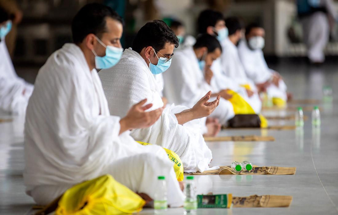 Во время молитв участникам хаджа нужно иметь на лице маску