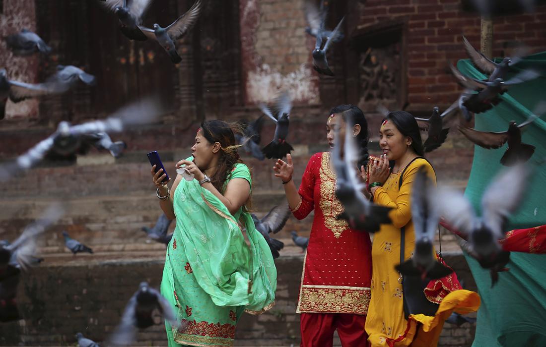 Девушки у храма Шивы в Катманду, Непал