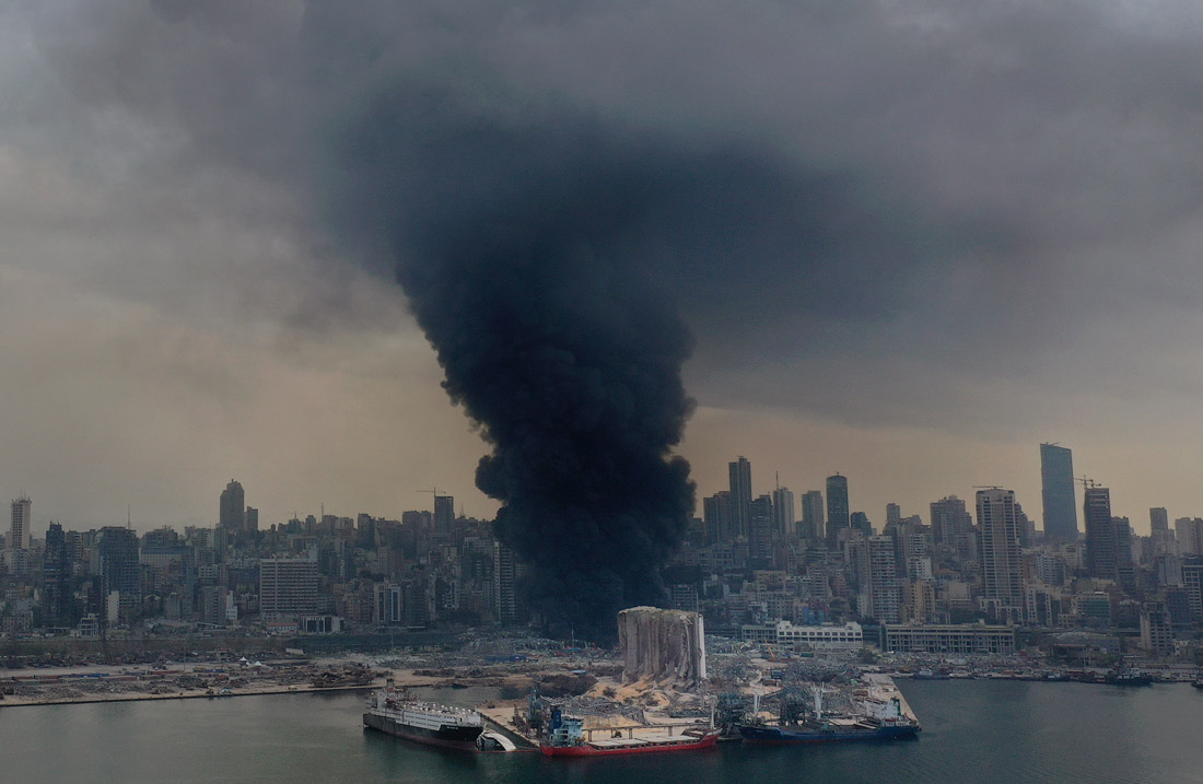 Пожар в пострадавшем от взрыва порту Бейрута