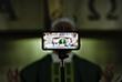 5 октября. Во многих странах из-за карантинных ограничений верующих призывают участвовать в богослужениях удаленно. На фото: Святой отец транслирует мессу в прямом эфире в одном из районов Каракаса.