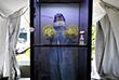 9 октября. Врач ожидает пациента, чтобы взять мазок для тестирования на коронавирусную болезнь в медицинском центре Sunway в Субанг-Джая, Малайзия.