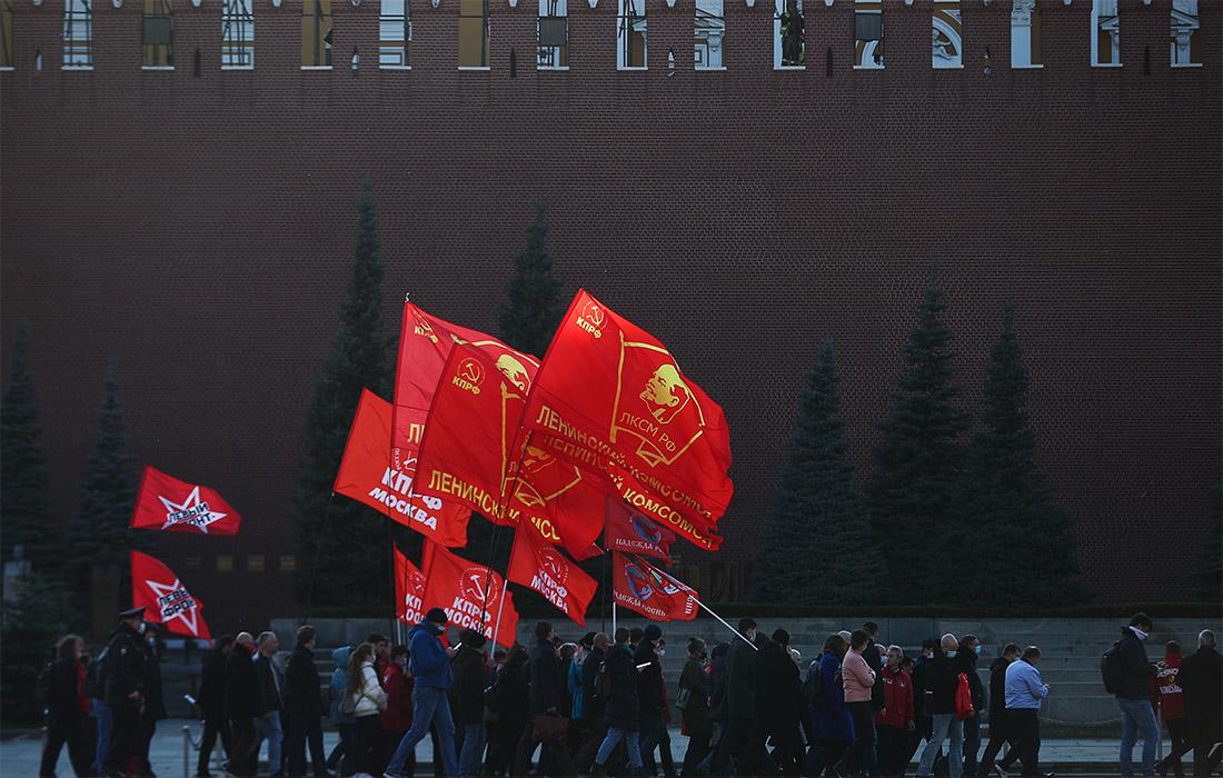 Сторонники партии КПРФ собрались на Красной площади в честь 102-й годовщины со дня основания Ленинского комсомола