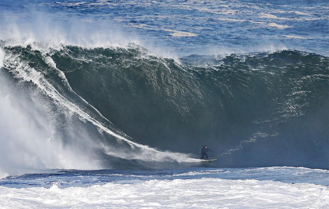В окрестностях города Маллахмор, в Ирландии, Атлантический океан порадовал сёрферов неплохой волной