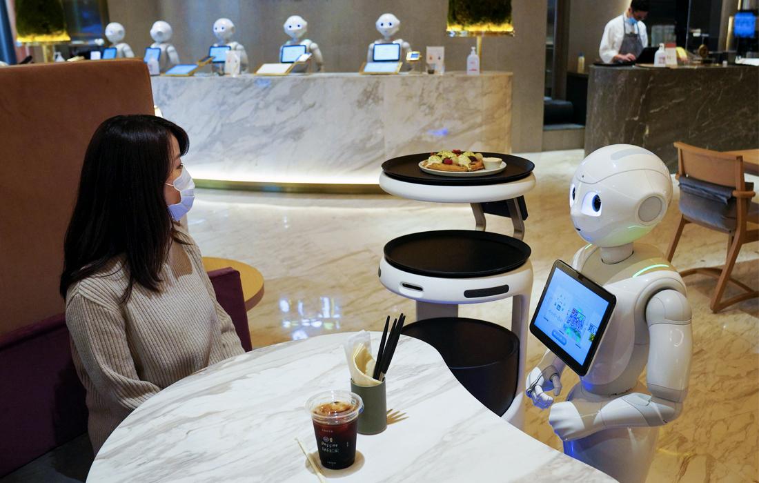 11 ноября. В Японии вырос спрос на роботов-официантов и роботов-курьеров для сокращения прямых контактов между персоналом и клиентами.