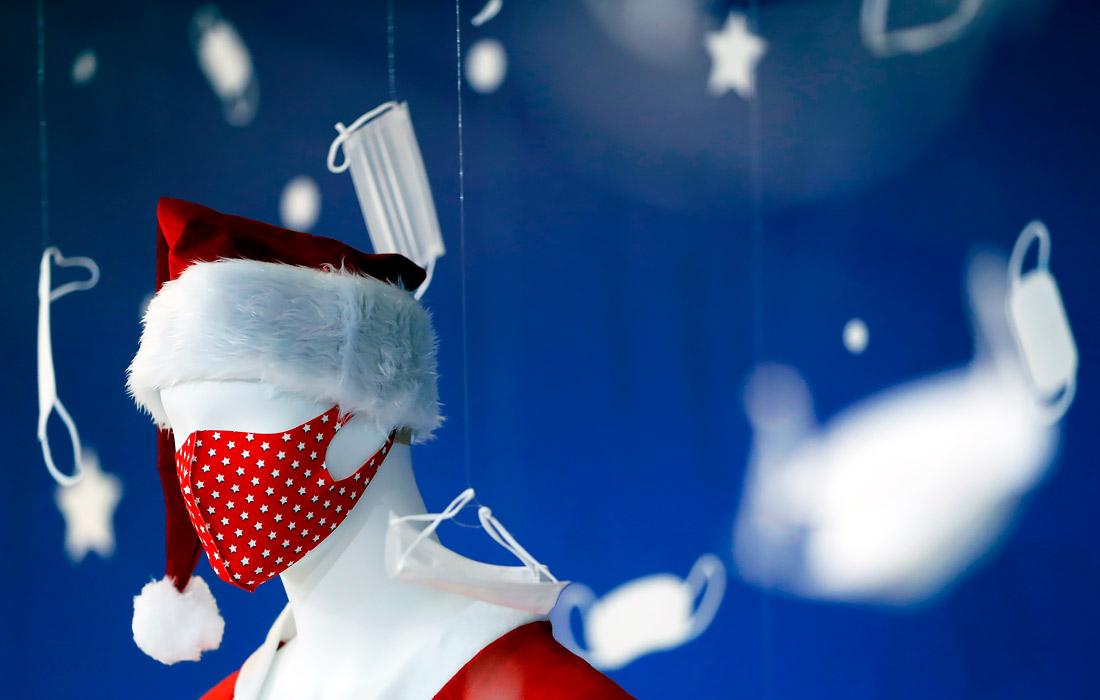 1 декабря. Пандемия коронавируса повлияла на оформление витрин магазинов. На фото: магазин в Токио.