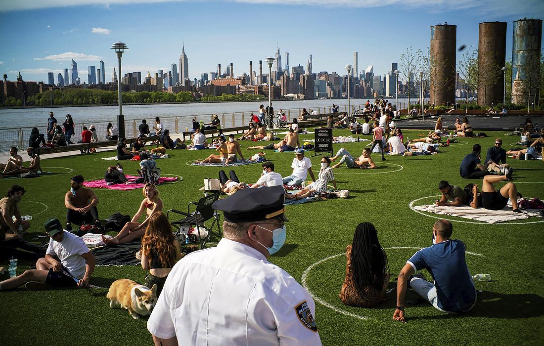 16 мая. В одном из парков Нью-Йорка нарисовали круги на траве, чтобы отдыхающие могли сохранять социальную дистанцию