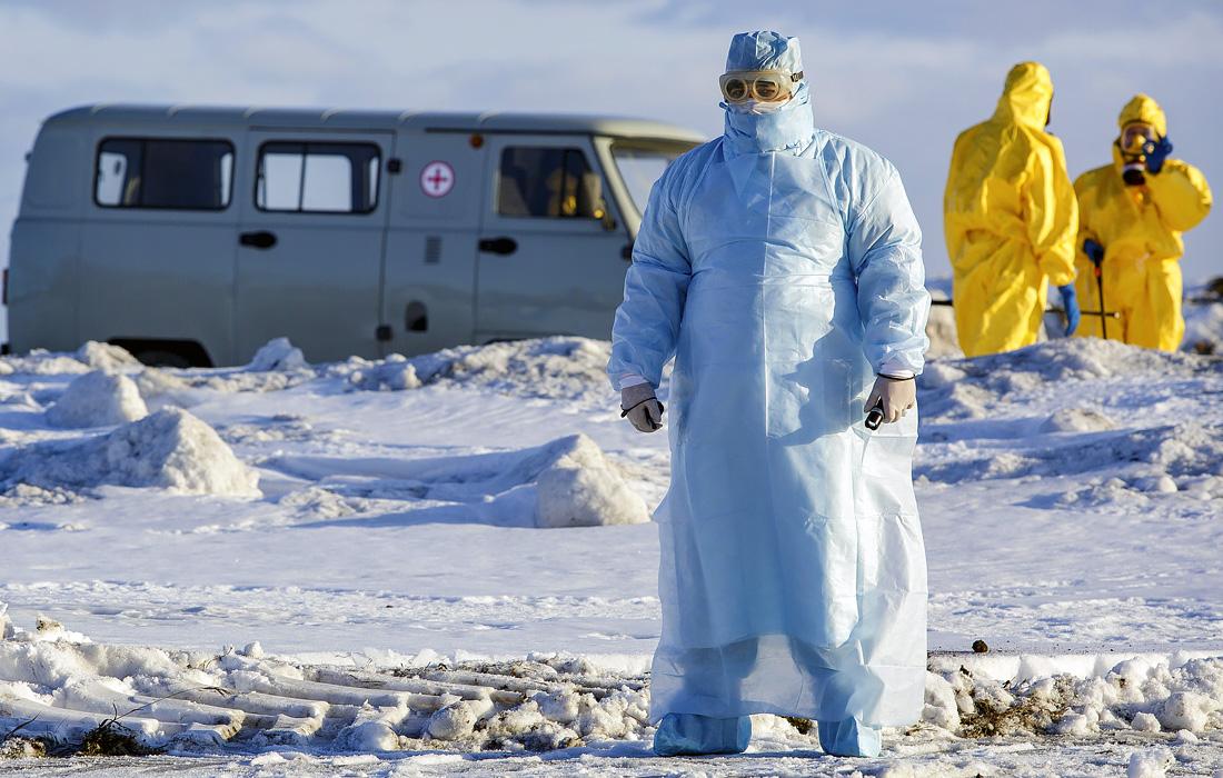 5 февраля. Сотрудники международного аэропорта Курчатова в Челябинске во время учений по проведению эвакуации пассажиров воздушного судна с симптомами коронавирусной инфекции.