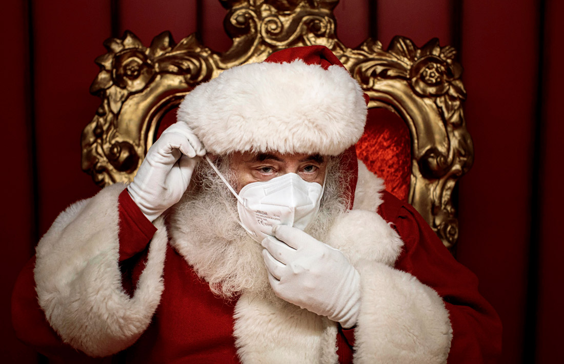 24 декабря. В Валенсии Санта-Клаус надевает маску во время рождественских встреч с детьми, чтобы избежать распространения COVID-19.
