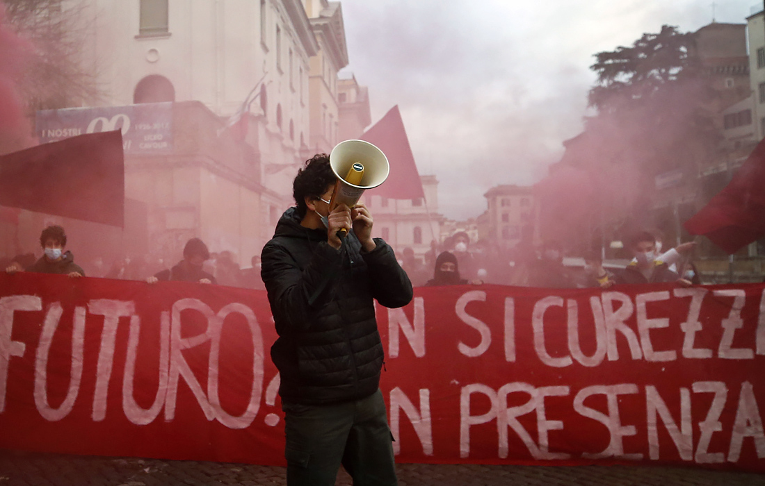 В Риме прошла акция протеста школьников против дистанционного обучения в период пандемии коронавируса COVID-19