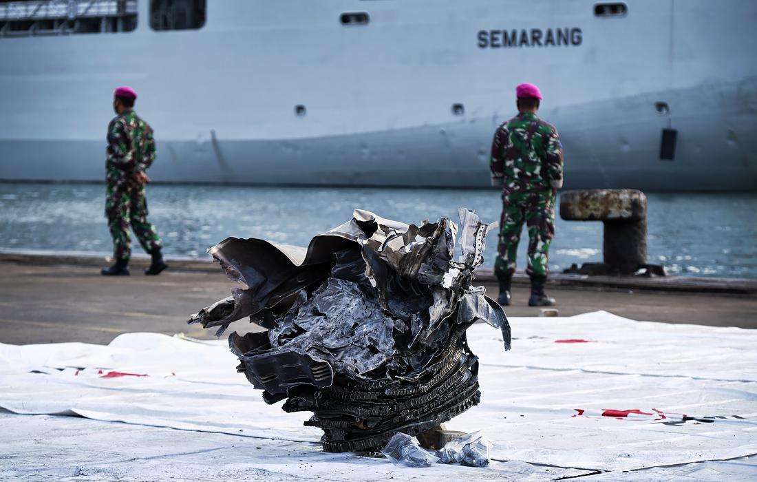Поисково-спасательная операция на месте крушения пассажирского самолета в Яванском море. Самолет компании Sriwijaya Air, вылетевший в субботу из столицы Индонезии Джакарты, упал к северу от нее в Яванское море. На борту лайнера Boeing 737-500 находились 62 человека, включая шестерых детей.