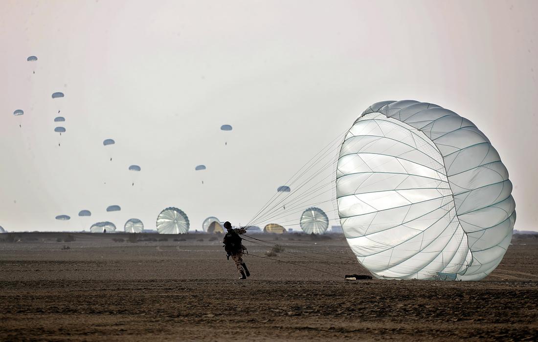 Иранская армия проводит учения на пляже Макран у Оманского залива