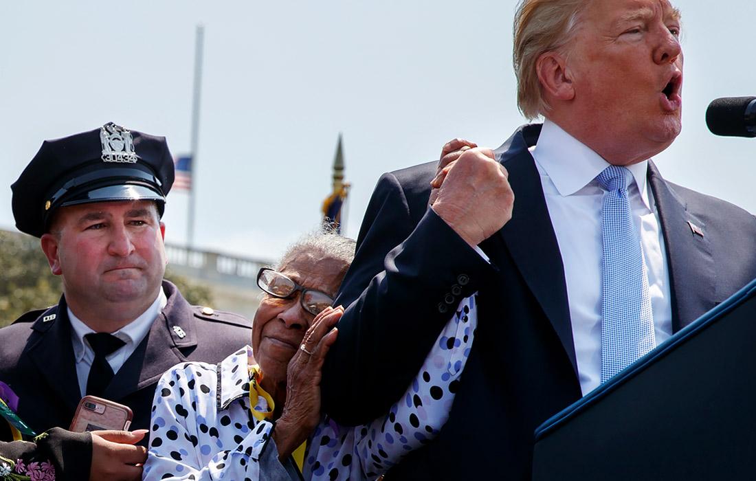 15 мая 2018 года Дональд Трамп выступил на ежегодной национальной мемориальной службе офицеров-миротворцев на Капитолийском холме. На фото: мать погибшей во время дежурства сотрудницы полиции обнимает президента.