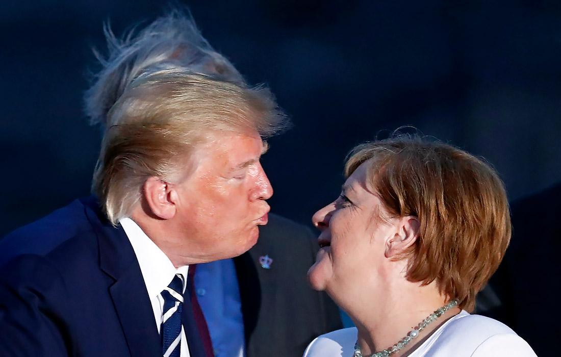"""С 24 по 26 августа 2019 года во французском Биаррице проходил саммит глав государств """"большой семерки"""". Лидеры стран-участниц G7, их жены и гости саммита приняли участие в традиционной совместной фотосессии. Фотографы запечатлели момент поцелуя президента США Дональда Трампа и канцлера Германии Ангелы Меркель."""